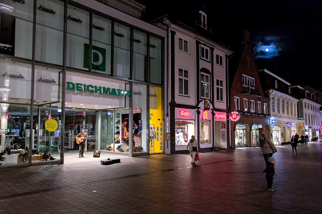 _MG_0036.CR2 25SEP15 Gademusiker Per Kruse spiller på gågaden i Flensborg. Foto: Lars Salomonsen
