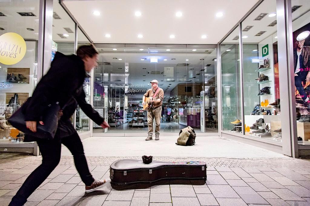 _MG_9810.CR2 25SEP15 Gademusiker Per Kruse spiller på gågaden i Flensborg. Foto: Lars Salomonsen